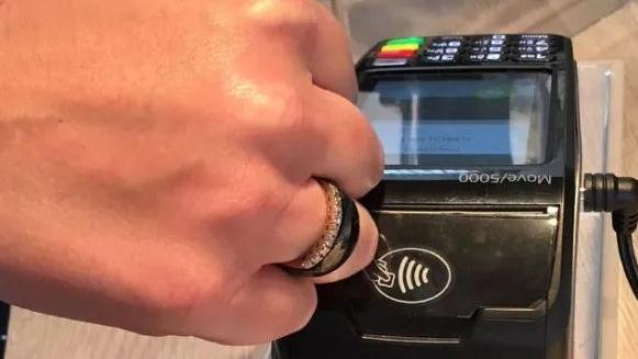 手机手表付款都弱爆了!戴上时髦的戒指就能完成支付!