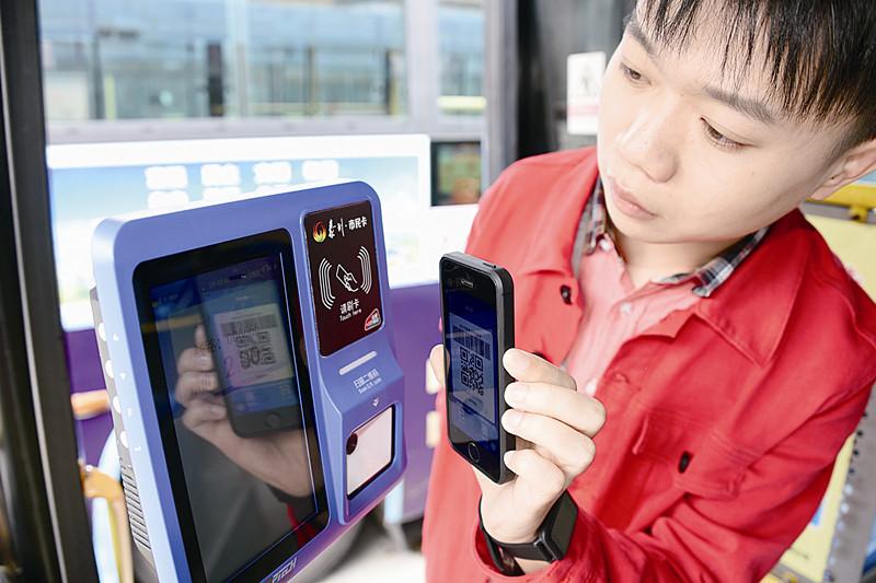 泰州市市民卡有限公司工作人员正进行公交二维码使用测试。