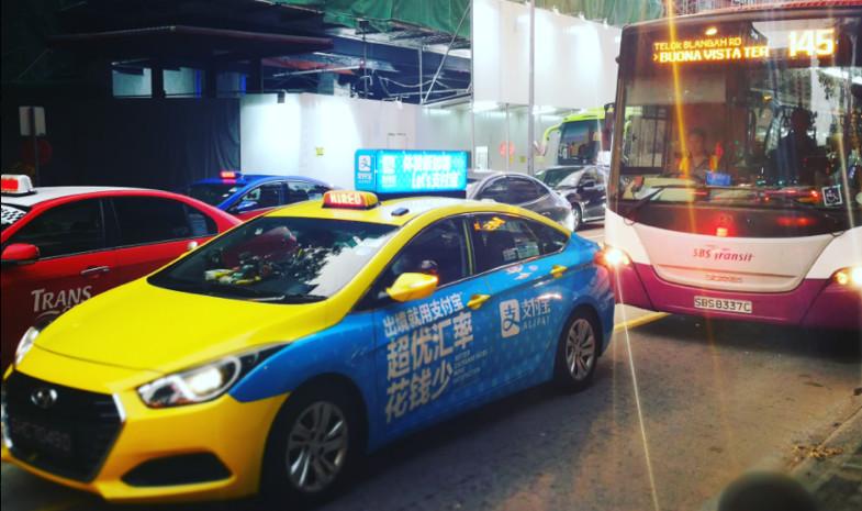 新加坡很多 Taxi 都打着支付宝的广告