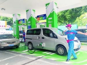 """加油站开通""""车牌付""""功能,车主不用下车就可完成付款加油。"""