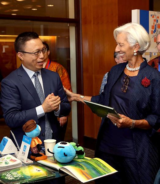 蚂蚁金服董事长兼CEO井贤栋在世行年会上为IMF总裁拉加德做现场演示