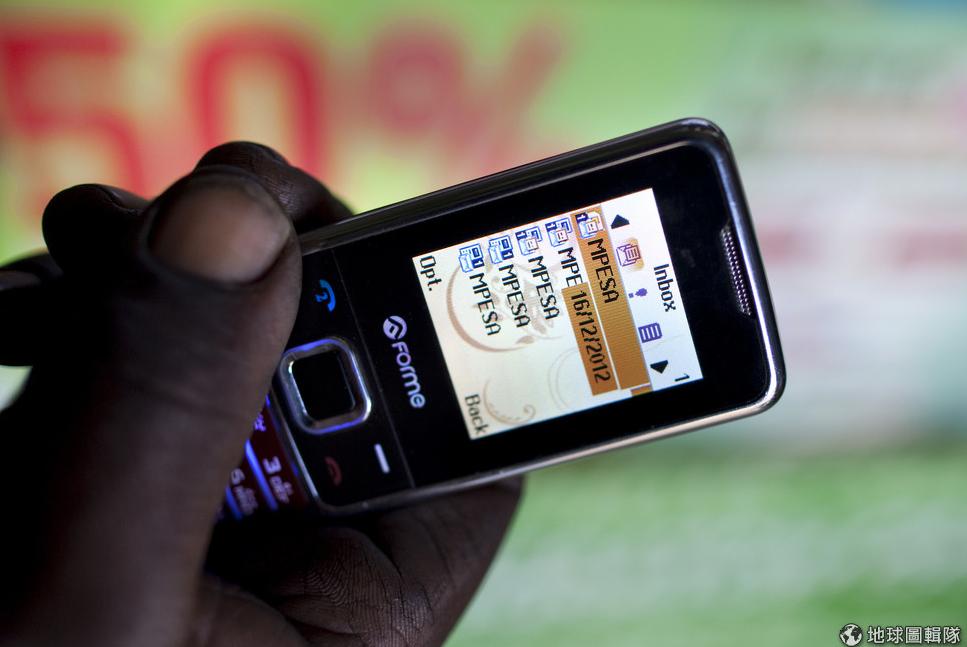 一名M-PESA用户点开传统手机的M-PESA简讯页面