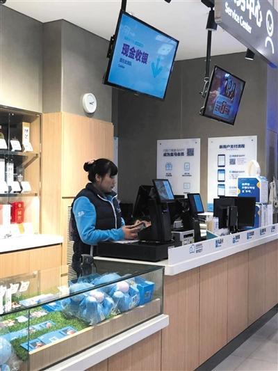 12月5日,盒马北京某门店现金支付通道。