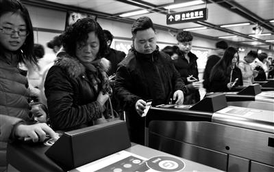 """地铁公交扫码乘车 排队支付容易""""卡壳"""""""