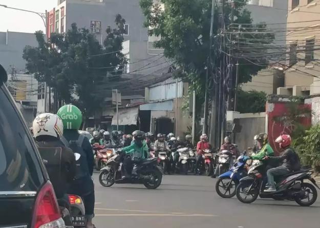 雅加达一路口等红灯的摩托车大军
