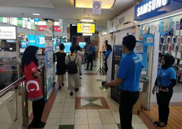 雅加达的一家三星手机店里,穿红色衣服的捷信员工负责手机分期业务。/摄于印尼雅加达