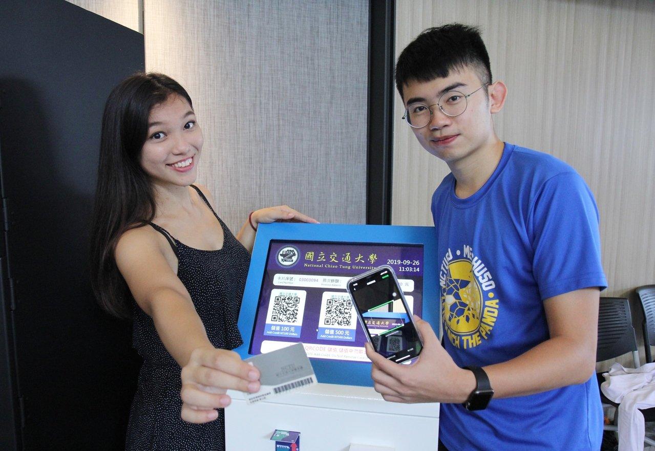 学生可随时在宿舍内的储值机,扫描QR Code加值电力卡