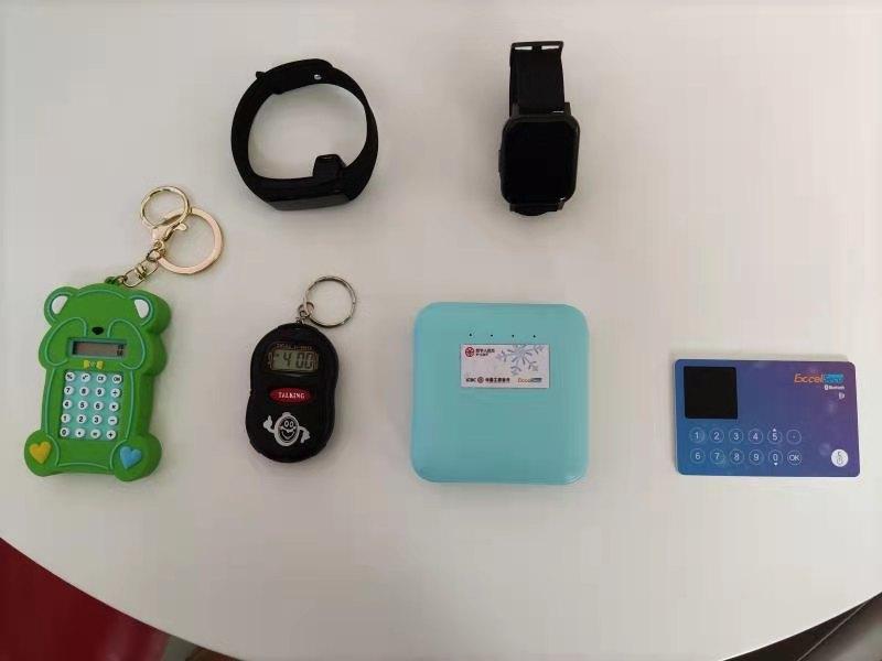 工行研制的可视卡、手表手环、充电宝、老年拐杖、报时器、老年警报器等各种类型的数字人民币硬件钱包