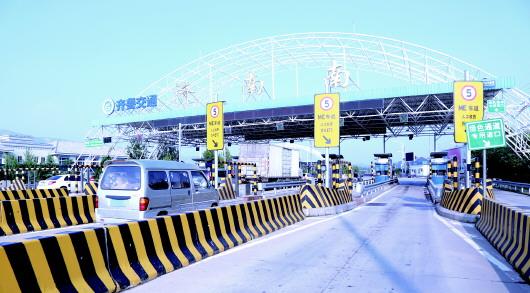 不停车移动支付系统在济南南绕城高速公路试运行,目前已顺利通过测试。 齐鲁晚报记者 刘相华 摄